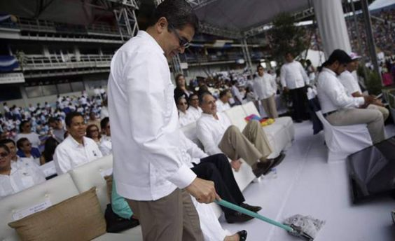 Honduras:  La foto que captó a Juan Orlando trapeando en el estadio nacional El mandatario hondureño participó desde tempranas horas presenciando el desfile de las fiestas patrias. Al parecer hubo un derrame de agua y el presidente hondureño sin ninguna reserva tomo el trapeador para hacer la labor de limpieza frente a todos. También se puede ver al alcalde de Tegucigalpa, Tito Asfura levantando las piernas en son de broma, para que el mandatario pueda trapear sin inconvenientes.
