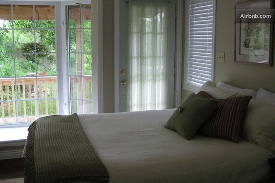 Soft Landings B&B in Lansdowne - Comfortable queen sized bed, access to a small private veranda