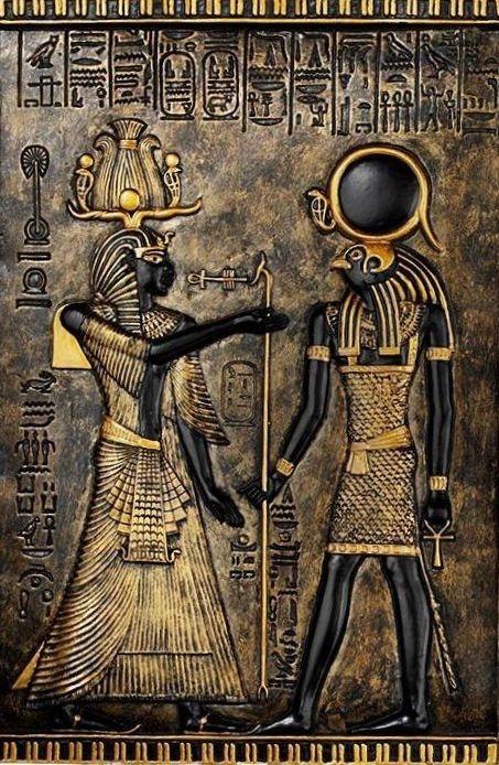 """Hathor en Horus, Horus is de Egyptische valkgod. Hij is de hemelgod die zijn vleugels over de aarde uitspreidt. In de onderwereld leidt Horus de doden naar Osiris, de god van de onderwereld. Hathor is een Moedergodin in de Egyptische Mythologie, """"moeder van de moeders"""" en """"moeder van de goden"""" genoemd."""