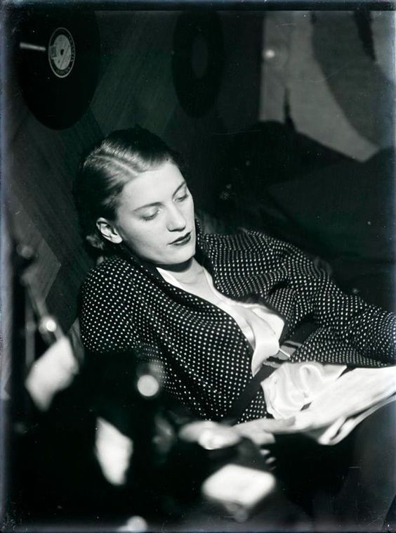 Man Ray | Lee Miller Reading, 1930