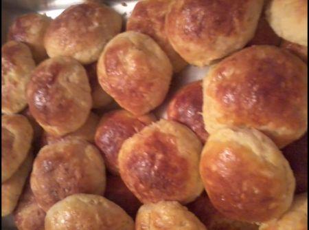 Receita de Pão de batata com frango e requeijão - Massa:, 3 tabletes de fermento fresco, 5 xicaras de farinha de trigo, 1/2 xicaras de leite morno, 8 colheres de sopa de margarina, 1 colher de sopa de açucar, 1 colher de sobremesa de sal, 2 ovos, 2 batatas cozidas e passadas pelo, amassador de batatas, Recheio, 1 peito de frango cozido e desfiado, 1 cebola picadinha, 1 tablete de caldo de galinha, salsinha, oregano, sal e pimenta á gosto, azeite