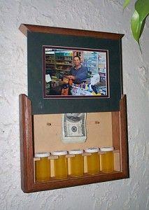 Dinero en efectivo ocultos en marco de foto