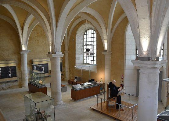 Saint-Germain d'Auxerre: salle des moines. - 7) ABBAYE, SALLE DES MOINES - La salle des moines ou scriptorium a été complétement remaniée au 17°s, quand le sol a été abaissé et les piliers doriques ont été construits pour soutenir une voûte reprise. A l'origine la salle devait ressembler à la salle capitulaire avec 6 compartiments d'arêtes.