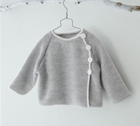 Pour être le plus beau, bébé pourra vêtir ce joli modèle de brassière unie, agrémenté de boutons, tricoté en ' Laine LAMBSWOOL' coloris Flanelle et Blanc.Modèle N°7 du mini-catalogue N°597 : Layette, Automne/Hiver 2015