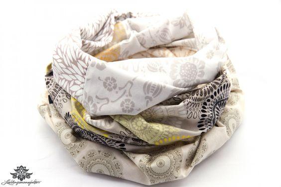 Schöne Loop Schals und Tücher der #lieblingsmanufaktur: Hier ein Schal in beige und weiß, schlicht und doch ausgefallen