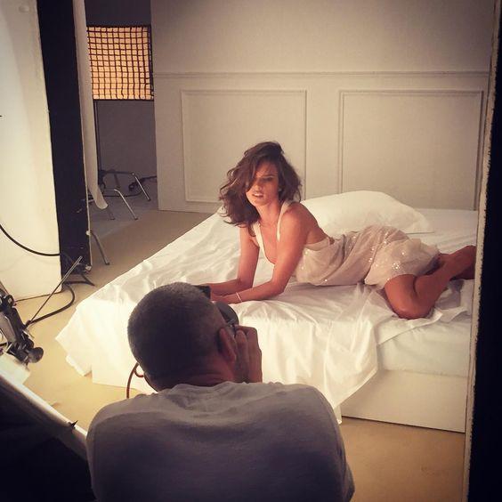 Alessandra Ambrósio posa sexy e mostra bastidor de ensaio