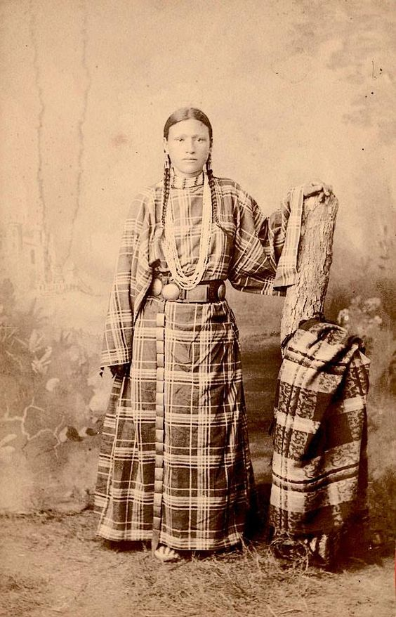 shoshoni women Shoshone women wore long deerskin dresses with wide sleeves shoshone men wore breechcloths and leggings, as well as buckskin shirts when the weather was cool  shoshoni words shoshone indian vocabulary lists return to our native americans homepage for kids.