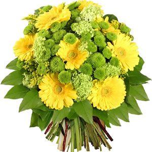 Bouquet rond composé de viburnums, germinis jaunes, solidagos et santinis. Feuillage : sallal. #bouquet