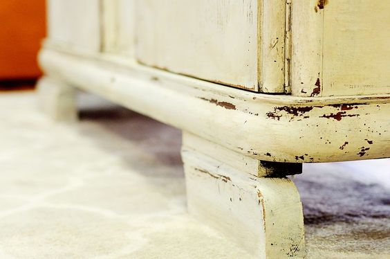 Tutorial on how to blend MMS furniture wax with antiquing wax for an aged look on white furniture.
