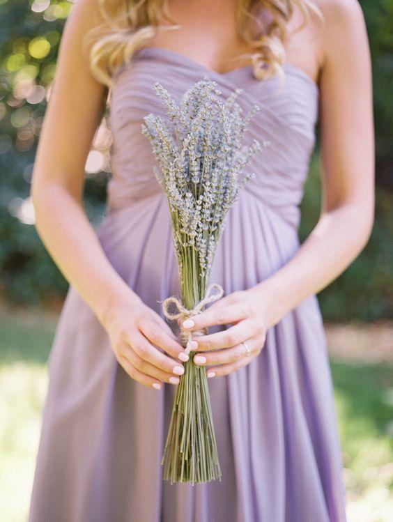 Blumenstrauß passend zum Kleid der Brautjungfer. Ein schöner natürlicher Look. #Hochzeit