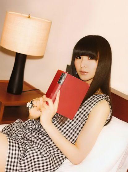 ベッドで読書をしているかしゆかのかわいい画像