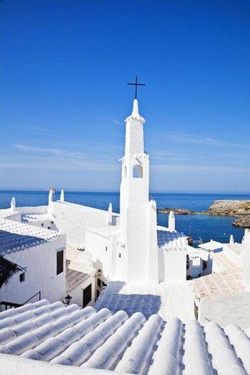 Menorca es la más oriental y septentrional (al Norte) de las Islas Baleares (España). Es la segunda en extensión y tercera en población del archipiélago mediterráneo. Su nombre proviene del latín Minorica, debido a que los romanos así la denominaron por ser menor que la isla de Mallorca. Fue declarada Reserva de Biosfera el 8 de octubre de 1993 por la Unesco