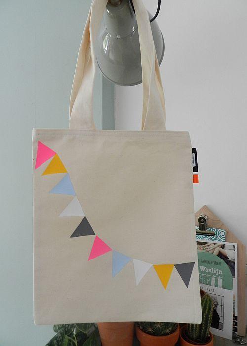 Stoffen tasje met vrolijke vlaggetjes voor school kinderdagverblijf gymspulletjes of als - Kinderkamer decoratie ...