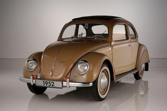 """VW 1952 Stoll coupé: Ejemplar único carrozado por la firma Stoll de Alemania. Características: """"Crotch-coolers"""" al igual que los modelos typ 11C de 1951. El motor es el correspondiente al año 1952 (1131cc, con 25 hp). Dada la forma de la tapa del motor, debió moverse el filtro de aire a la izquierda del motor al igual que en el Hebmüller, typ 14 A. Poseía """"sonnendach"""" (techo solar corredizo). Su luneta trasera rectangular adelanta la que traerán los sedanes producidos luego de 1958."""