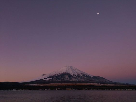 """http://Buff.ly/1jhZbtG de hoy pieza aquí. """"Luna del solsticio de invierno y Fuji. """"Publicado por :Junko Tsukagoshi cliente página : https://www.facebook.com/junko.tsukagoshi.92?fref=photo"""