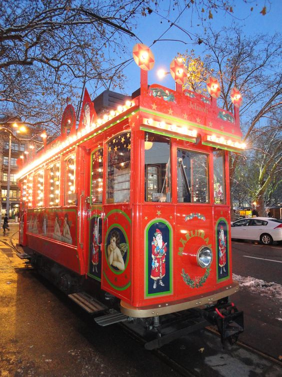 The fairytale tram rolls across Zürich during the Christmas season. | Das Märlitram der Verkehrsbetriebe Zürich rollt während der Weihnachtszeit durch die Stadt.