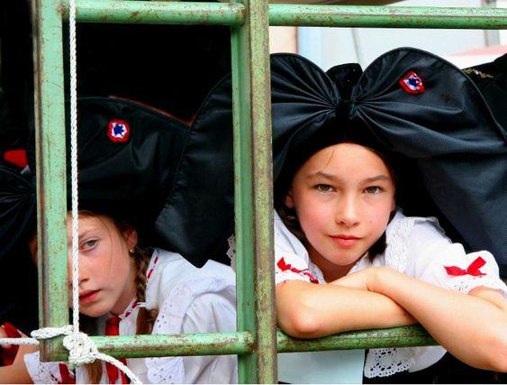 Metz : deux jeunes filles exclues de leur collège pour port de la coiffe alsacienne