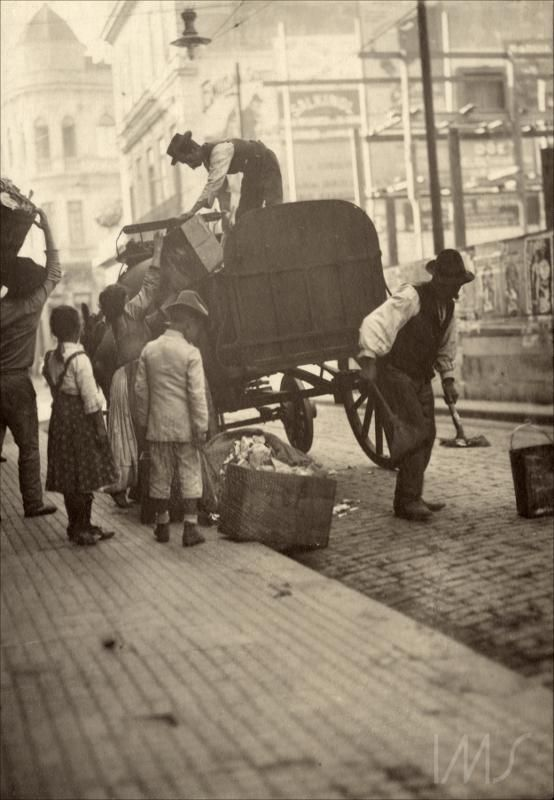 1910 - Carroça de coleta de lixo na Rua Direita, entre o Largo da Misericórdia e a Rua São Bento.