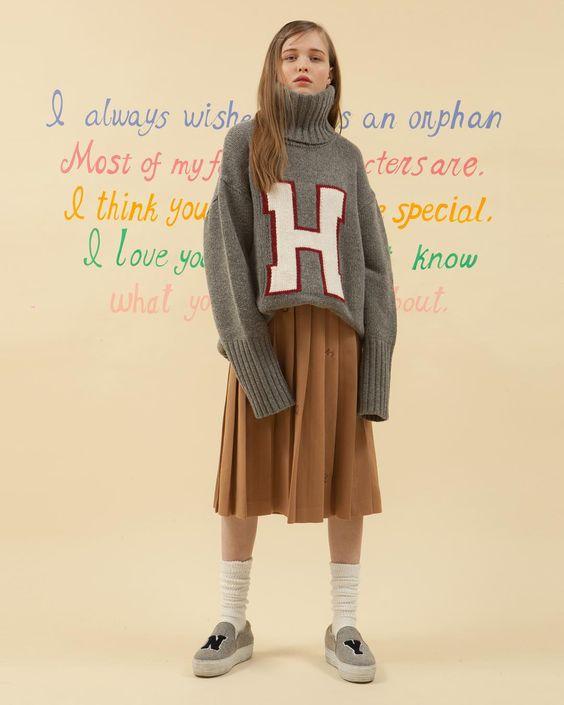 - HIGH TEEN 하이틴 무비에 나올법한 소녀의 옷장을 O!Oi의 감성으로 풀어내었습니다. -  H TURTLE NECK KNIT_gray  NO.52 PLEATED SKIRT_camel - 금요일 저녁 공식 스토어에 예약발매 됩니다. 더 많은 룩북은 www.oi-oi.co.kr #oioi#oioikorea#oioishowroom#showroom#fashion#design#designer#brand#based#seoulbrand#koreabrand#kpopfashion#15fw#main#collection#highteen#lookbook#오아이오아이 by oioikorea