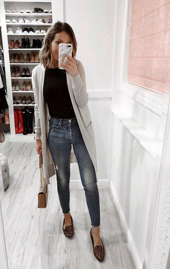 Body, cardigã, calça jeans e sapatilha animal print.