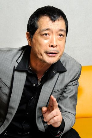 黒いシャツにグレーのジャケットを着ている矢沢永吉の画像