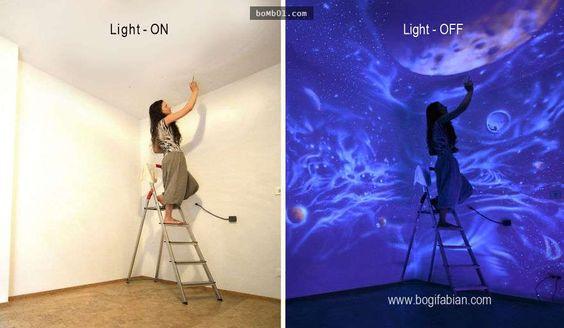 這個女人在家中的牆上畫滿了特製顏料,誰也沒想到關燈後竟然產生如此神奇夢幻的效果。 - boMb01