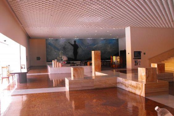 Lobby del Camino Real, ciudad de México, de Ricardo Legorreta con cuadro al fondo de Rufino Tamayo