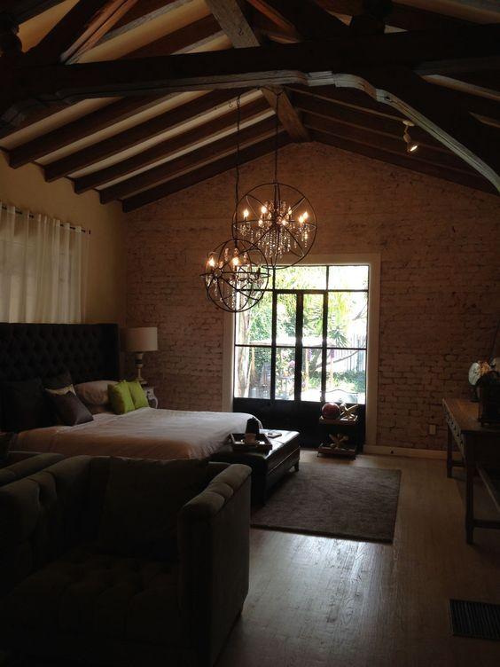 Vigas en el techo, ladrillo expuesto, bonito piso de madera ...
