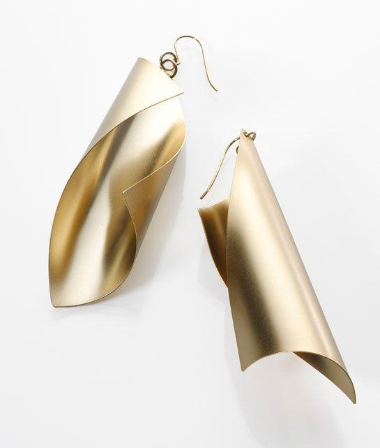 Les boucles d'oreilles torsadées de Noritamy http://www.vogue.fr/joaillerie/le-bijou-du-jour/diaporama/les-boucles-d-oreilles-torsadees-de-noritamy/11515