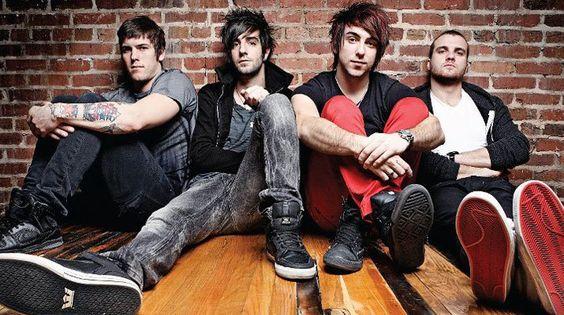 Os americanos do All Time Low lançaram o clipe da enérgica Kids In The Dark, segunda música promocional do novo álbum dos garotos, Future Hearts, com lançamento previsto para 7 de abril. Antes desta música, a banda já tinha liberado o clipe da faixa Something´s Gotta Give. No clipe, uma garota cansada de ver seus…