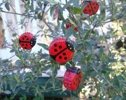 cool cottage craft - bottlecap ladybugs