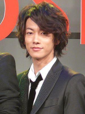 ネオウルフパーマスタイルの佐藤健の髪型