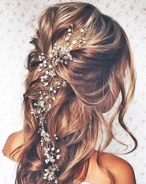 Une Coiffure Legerement Relevee A Moitie Coiffure Demoiselle D Honneur Coiffure Cheveux Mi Long Mariage Coiffure Mariee Cheveux Mi Longs
