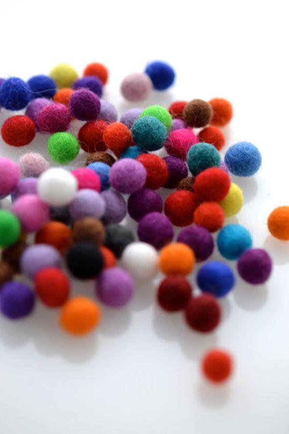 75 Gefilzte Kugeln - farbig sortiert