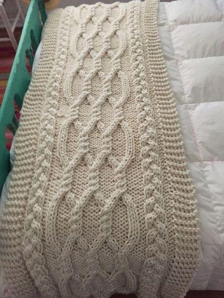 Compre Peseira de tricô para cama queen no Elo7 por R$ 379,90 | Encontre mais produtos de Decoração de Quarto de Casal e Decoração parcelando em até 12 vezes | A combinação de pequenos detalhes como as almofadas, as mantas ajudam a compor a decoração com muita originalidade  Tons neutros..., BBE0C2