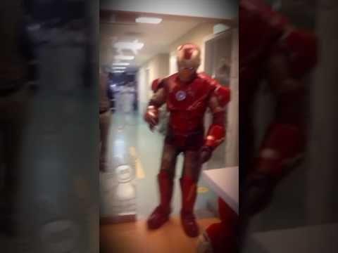 Iron Man visitando a un amiguito en el Hospital