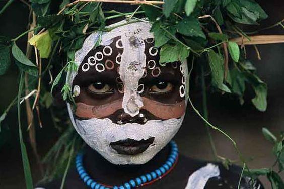 """folha do bicho---As crianças dos Surma e Mursi (tribos do sul da Etiópia) vestiram suas mais belas """"roupas"""", e fizeram as mais criativas """"maquiagens"""" para serem fotografados por Hans Silvéster, um fotógrafo alemão que com muito talento registrou imagens que impressionam pela beleza."""