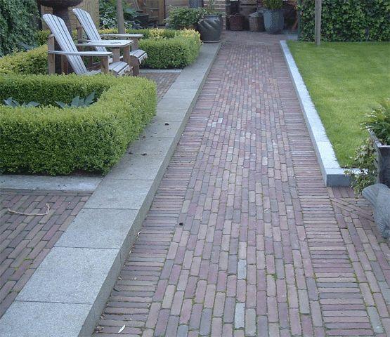 Mooie bestrating passend bij een tuin van een jaren30 woning tuin - Terras van huis ...