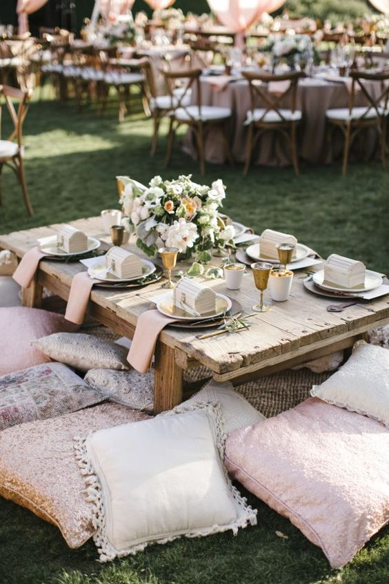 Une jolie inspiration bohème pour la décoration de table de son mariage. Du bois brute, du gold, une myriade de coussins : une tendance folk qu'on adore ! #mariage #wedding #weddingday #tablemariage #decomariage #boheme #mariageboheme #folk #gold #pink