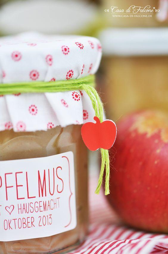 Da wir ja soviele Äpfel geerntet haben, habe ich einen Teil zu Apfelmus verarbeitet. Selbstgemachter Apfelmus ist einfach lecker! Man kann ihn so süß mache