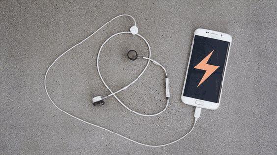 Pugz: Kabellose In-Ear-Kopfhörer werden mit dem Smartphone geladen