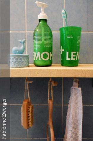 Ein einfaches DIY, das Farbe ins Bad bringt: leere Limonadenflasche ausspülen, Flüssigseife einfüllen und Seifenspenderaufsatz aufschrauben. Fertig ist das individuelle Badaccessoire.