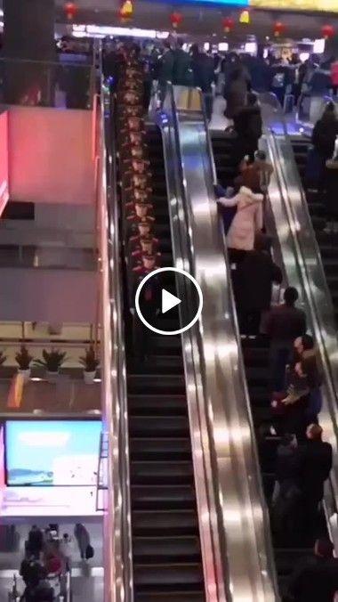 Aprendam como descer uma escada rolante
