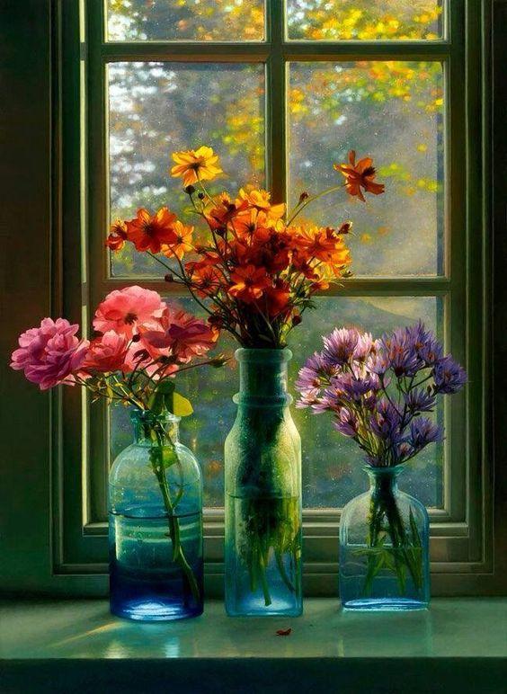 Resultado de imagen para rosas delicadísimas en ventana jarrón visillo