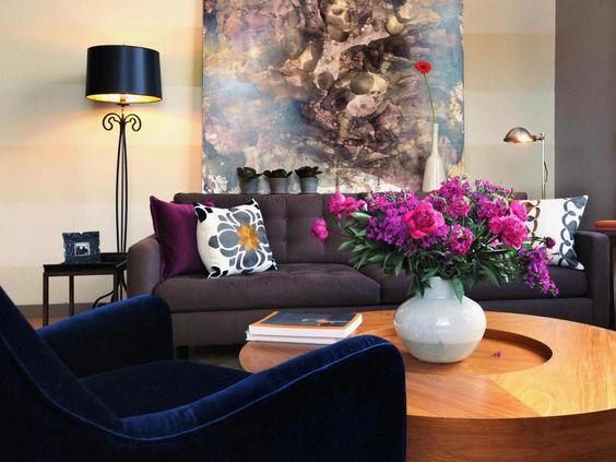 feng shui salon tableau abstrait table en bois fauteuil en velours bleu marine - Salons Moderne En Velours