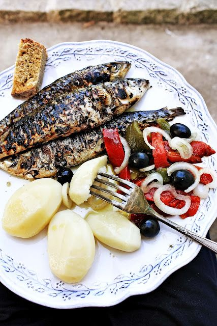 grilled sardines with potatoes & roasted peppers salad (sardinhas assadas com batatas e pimentos):