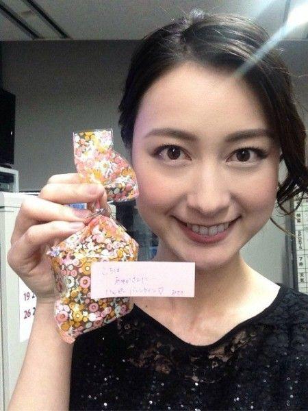 可愛い包みを持った笑顔の小川彩佳のかわいい画像
