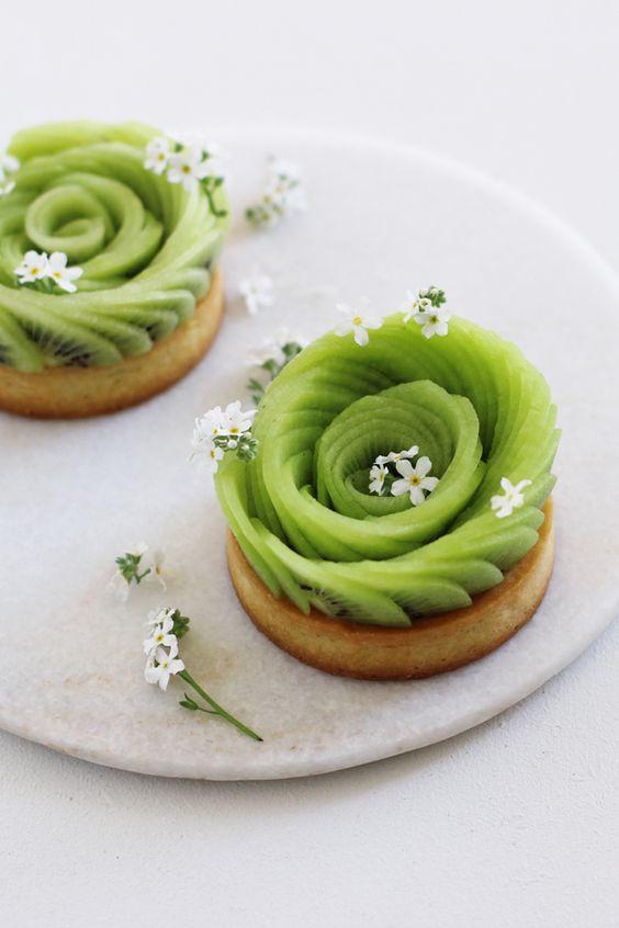 Tartelettes aux kiwis sur ganache au chocolat blanc et Skyr (yaourt crémeux) ressemblantes à des roses