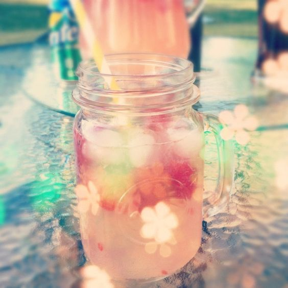 Summer Punch - Moscato, Pink Lemonade Concentrate, Sprite & Raspberries. #masonjar #summer #recipes