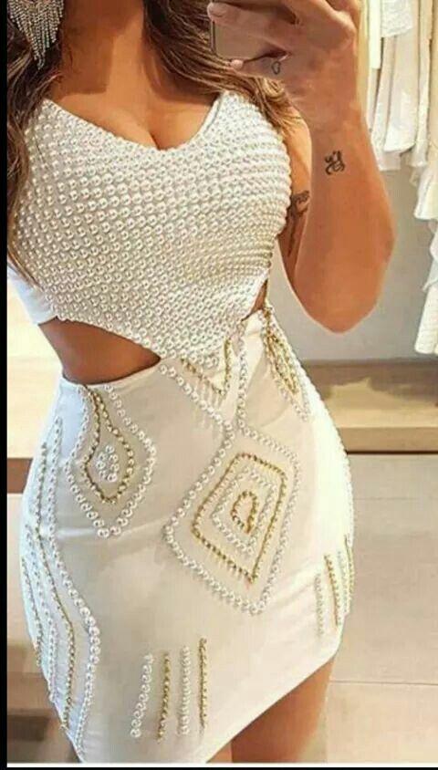 Vestido branco curto com enfeites